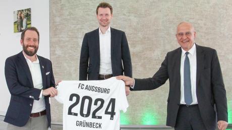 Freuen sich über die Fortsetzung des Sponsoren-Engegements bis 2024 (von links): FCA-Geschäftsführer Michael Ströll, Matthias Wunn (Grünbeck, Leiter Marketing und Kommunikation), Grünbeck-Geschäftsführer Dr. Günter Stoll.