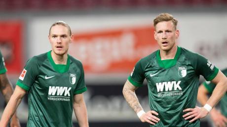 Die FCA-Spieler Fredrik Jensen und André Hahn mit versteinerter Miene. Gegen den VfB Stuttgart zeigte der FC Augsburg eine ansprechende Leistung, verpasste aber einen Punktgewinn.