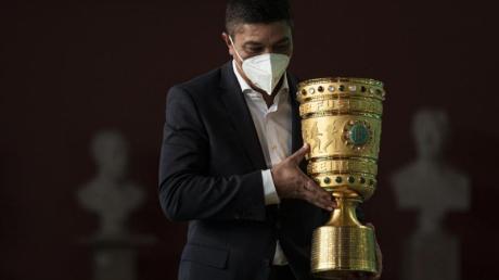 Giovane Elber, Botschafter des ausgeschiedenen Titelverteidigers FC Bayern München, bringt den DFB-Pokal zur Pokalübergabe ins Rote Rathaus.