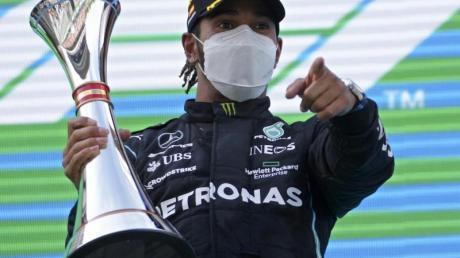 Weltmeister Lewis Hamilton bejubelt seinen Sieg beim Großen Preis von Spanien auf dem Podium.