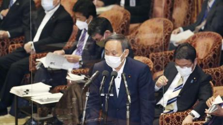 Der japanische Premierminister Yoshihide Suga spricht während einer Sitzung des Repräsentantenhauses.