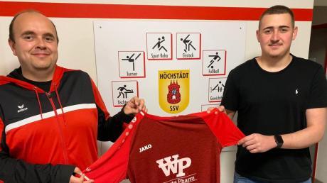 Sportlicher Leiter Johannes Ebermayer (links) freut sich, dass Mihael Zecevic (rechts) wieder ins Trikot der SSV Höchstädt schlüpft.