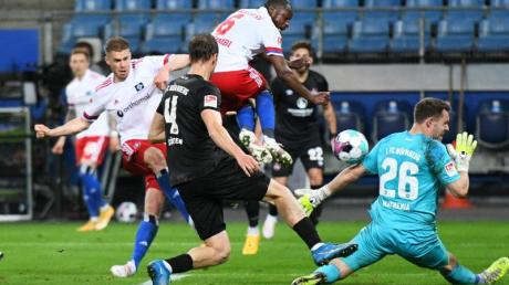 HSV-Stürmer Simon Terodde (l) trifft zum 3:1.