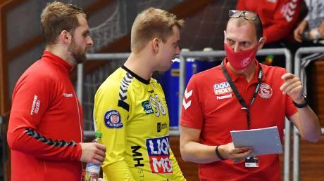 So geht's, Jungs: Günzburgs Torwarttrainer Andreas Theimer (rechts) spricht während der Drittliga-Partie gegen Balingen-Weilstetten II mit den Torhütern Patrick Bieber und Dennis Mendle, der inzwischen in Vöhringen spielt.