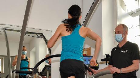 Der Physiotherapeut und Leiter des Elithera Gesundheitszentrums Landsberg, Olaf Remann, gibt Fiona Osman Tipps zum richtigen Laufen.