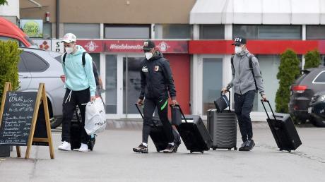 Seit Mittwoch befinden sich die FCA-Spieler (von links Ruben Vargas, Carlos Gruezo und László Bénes) im Quarantäne-Trainingslager. Das hat die DFL bis zum Saisonende angeordnet.