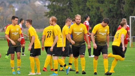 """Als der TSV Binswangen Ende Oktober 2019 beim TSV Unterthürheim mit 2:1 gewann, konnte noch niemand ahnen, dass die Gelb-Schwarzen knappe zwei Jahre später in die Kreisliga aufsteigen würde. Gar mancher Spieler des """"Corona-Meisters"""" schlich sogar mit gesenkten Kopf über das Spielfeld."""