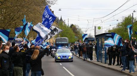 Empfangen wie ein Meister: Der Mannschaftsbus des TSV 1860 München bahnt sich seinen Weg durch ein Spalier aus Löwen-Fans zum Heimspiel gegen den 1. FC Kaiserslautern. Man kann sich vorstellen, was in Giesing los wäre, sollten den Löwen den Aufstieg in die Zweite Bundesliga gelingen.