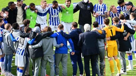 Das Team von Hertha BSC bildet nach dem geschafften Ligaverbleib einen Kreis.