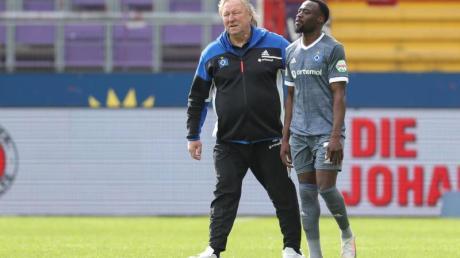 HSV-Trainer Horst Hrubesch (l) tröstet Khaled Narey nach Spielende. Die Hamburger haben den Aufstieg erneut verpasst.