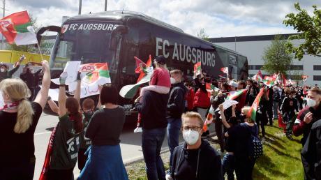 Die FCA-Fans bereiteten dem Mannschaftsbus einen begeisterten Empfang am Stadion.