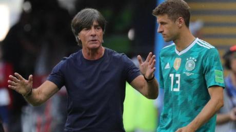 Thomas Müller (rechts) ist bei der EM 2021 zurück im Kader von Bundestrainer Joachim Löw.