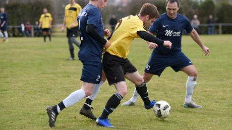 Dennis Gail, hier am Ball gegen den FC Donauried, steigt mit seinem SC Tapfheim wieder in die A-Klasse auf.