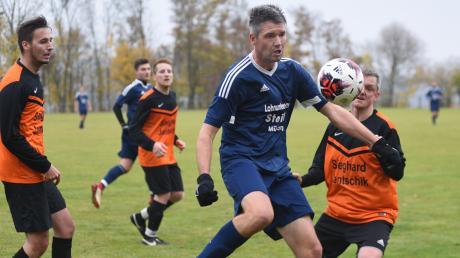 Stefan Fischer wurde mit jedem seiner Vereine als Trainer Meister. Hier ist er in Blau für Mündling gegen Marxheim am Ball.