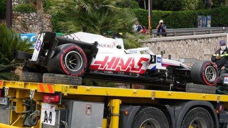 Der Haas-Bolide von Mick Schumacher musste nach dem Unfall abgeschleppt werden.