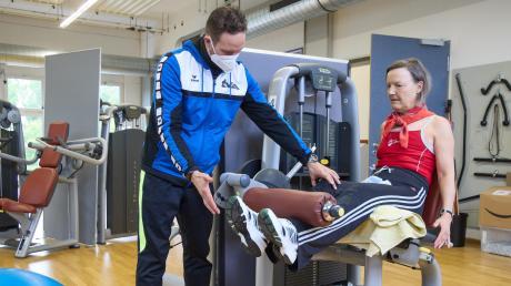 Cornelia Merk war eines der ersten TVA-Mitglieder, die nach der Wiedereröffnung den Fitnessbereich besuchten. Gemeinsam mit Trainer Sebastian Jung macht sie ihre Übungen und darf dabei auf den Mundschutz verzichten.