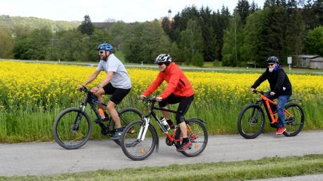 Armin Jäger und Bernhard Schaller (von links) fahren gerne schnell. Auf der Tour  hatte der radelnde Reporter sogar mit dem E-Bike Mühe, den beiden zu folgen.
