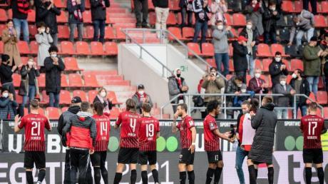 Nach dem Sieg im Hinspiel gegen Osnabrück bedanken sich die Ingolstädter Profis bei den rund 250 Fans.