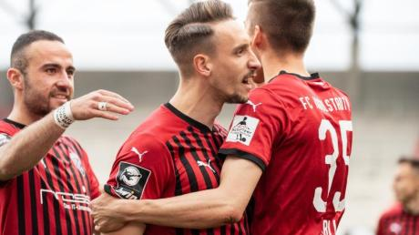 Der FC Ingolstadt um Tobias Schröck (M.) will in die zweite Liga aufsteigen.