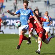 Holstein Kiel spielt nach der verpassten Aufstiegschance gegen den 1. FC Köln auch in der Saison 2021/22 in der 2. Bundesliga. Welcher Sender die Spiele live im Free-TV oder Stream überträgt, das erfahren Sie bei uns.