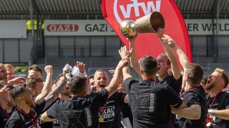 Jubel bei den Spatzen: Zum elften Mal und zum vierten Mal in Folge gewannen sie am Samstag mit einem hochverdienten 3:0 gegen Balingen den WFV-Pokal. Jeder, hier Vinko Sapina, wollte dann den Pokal in die Höhe stemmen.