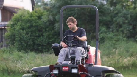 Einen Spindel-Großflächenmäher benützt die SpVgg Deiningen (als Greenkeeper ist hier Peter Gerstmeier im Einsatz).