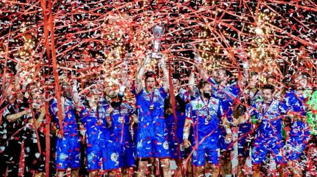 Die Spieler vom TBV Lemgo feiern den Sieg.