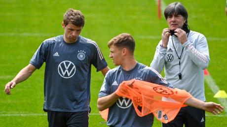 Bundestrainer Joachim Löw plant mit Thomas Müller fest im Mittelfeld - Joshua Kimmich könnte hingegen als Verteidiger aushelfen.