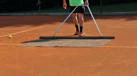 Den Platz nochmals abziehen – und dann kann es losgehen: Am kommenden Samstag starten die Landkreis-Teams in die Tennis-Saison 2021.