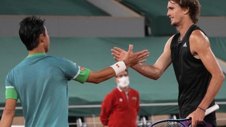 Klarer Sieg über Kei Nishikorei: Der Japaner gratuliert Alexander Zverev (r) zum Erfolg.
