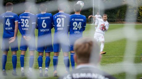 Nur mehr wenige Wochen, dann rollt der Ball wieder in der Bayernliga. Zuletzt mussten die Vereine (rechts Landsbergs Spielertrainer Muriz Salemovic) über einen neuen Spielmodus entscheiden.