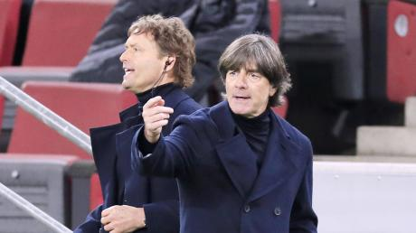 Bundestrainer Joachim Löw (rechts) und seinCo-Trainer Marcus Sorg (links) brüten noch über der richtigen Formation für das deutsche Auftaktspiel gegen Frankreich.