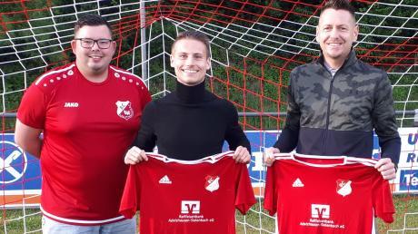 Adelzhausens Abteilungsleiter Christian Fottner (links) freut sich auf das Spielertrainerduo Michael Guggumos (Mitte) und Frank Lehrmann.
