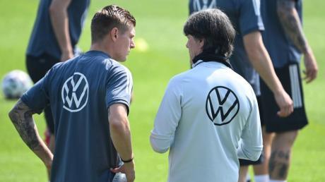 Wie sieht die Startelf gegen Frankreich aus? Bundestrainer Joachim Löw im Gespräch mit seinem Mittelfeldmotor Toni Kroos.