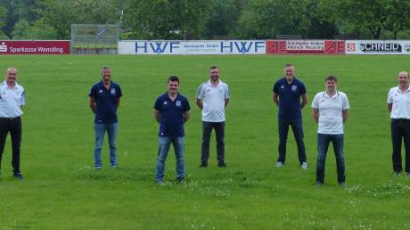 Das Bild zeigt die beteiligten Funktionäre, darunter Georg Schweiger (Sportlicher Leiter TSV Wemding, Zweiter von links) und Alexander Wager (Spartenleiter TSV Wolferstadt, Zweiter von rechts).