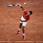 Novak Djokovic (Bild) spielt bei den French Open gegen Stefanos Tsitsipas. Hier gibt es die Infos zur Übertragung im TV und Live-Stream.