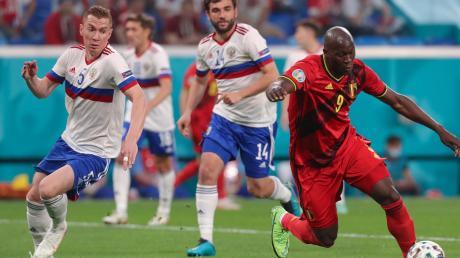 """Auf und davon: Mit seinem """"Doppelpack"""" war Belgiens Romelu Lukaku (rechts) der """"Mann des Tages"""" beim 3:0-Auftakterfolg gegen Russland."""