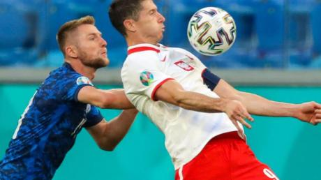 Startete mit Polen mit einer Pleite in die EM: Robert Lewandowski (r).
