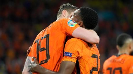 Freude und Erleichterung: Die beiden Torschützen Wout Weghorst (links) und Denzel Dumfries (rechts) feiern den 3:2-Erfolg der Niederlande gegen die Ukraine.