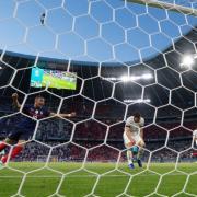 Der entscheidende Moment: Mats Hummels trifft ins eigene Tor, die französische Mannschaft jubelt.