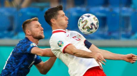 Konnte die überraschende 1:2-Niederlage der polnischen Nationalmannschaft gegen die Slowakei auch nicht verhindern: Bayern-Angreifer Robert Lewandowski (rechts).