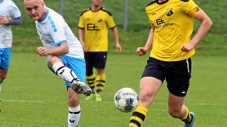 Einen Tick voraus waren Michael Schubert und der FC Emersacker im Kopf-an-Kopf-Rennen mit dem TSV Leitershofen (rechts Max Wieland). Die Quotientenregelung bescherte dem FCE einen historischen Aufstieg in die Kreisliga.