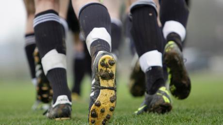 Gutes Schuhwerk mit festgeschraubten Stollen, getapten Waden und am besten dazu noch schnelle Beine – die neue Fußballsaison kann eigentlich beginnen...
