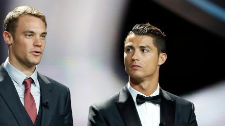 Deutschlands Torwart Manuel Neuer (links) und Portugals Stürmerstar Cristiano Ronaldo festlich bei der Gala zur Weltfußballer-Wahl 2014.