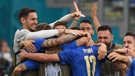 Jubelnde Italiener: Das Team von Trainer Roberto Mancini hat ohne Gegentor und mit maximaler Punktausbeute das Viertelfinale bei der EM erreicht.