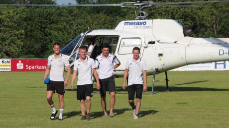 Vier Wolferstädter Fußballer kamen zum ersten gemeinsamen Training mit den neuen Kollegen in Wemding per Hubschrauber.