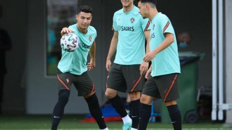 Portugals Cristiano Ronaldo (l) sieht in Mbappé seinen legitimen Nachfolger.