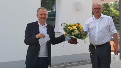 Bürgermeister Hans Kaltner (rechts) beglückwünschte den Vorsitzenden des TSV Buttenwiesen, Alfred Ebert, beim Tag der offenen Tür zur Fertigstellung des neuen Sportheims und überreichte ein Geschenk.