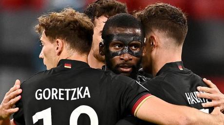 Freude und Erleichterung: Ebenso wie die deutsche Fußball-Nationalmannschaft können sich die Akteure des Kreisklassen-Aufsteigers SC Rohrenfels als NR-Tippfieber-Gesamtsieger freuen.