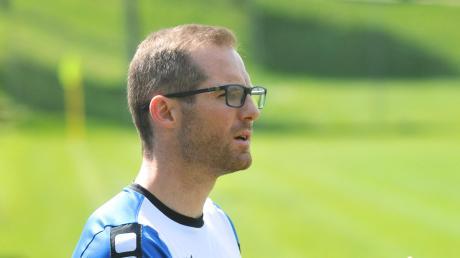 Emersackers Trainer Manfred Müller klatscht nach dem geglückten Aufstieg Beifall für sein Team.